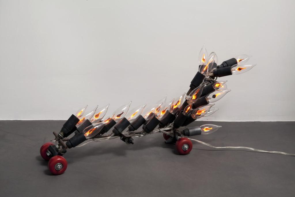 """""""Bolide"""" 2010 ferro e lampadine a fiamma 31x69x15 cm."""