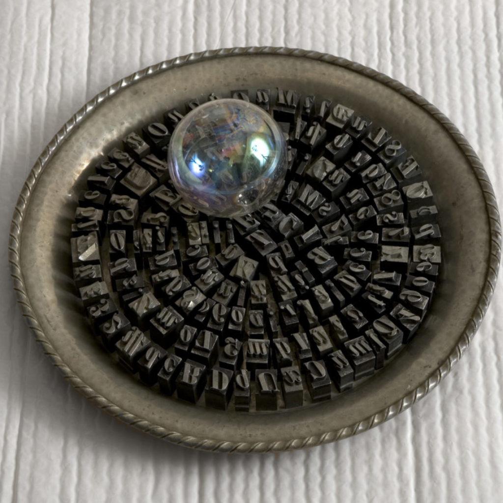 """""""Parole"""" 2008, materiali vari, diam. 33 cm."""